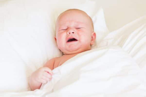 Comment se fait-il que le bébé pleure quand il ne dort pas?